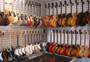 электрогитары в магазине